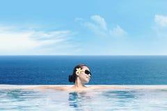 W nieskończoność basenie azjatycka kobieta Zdjęcia Royalty Free