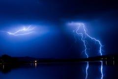 W Noc błyskawicowa burza zdjęcia stock