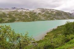 W Norwegia halny jezioro zdjęcie stock