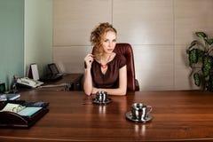 W nowożytnym biurowym wnętrzu biznesowa kobieta fotografia royalty free