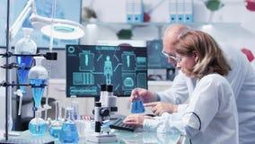W nowożytnym laboratorium badawczym dwa naukowowie debatują zbiory