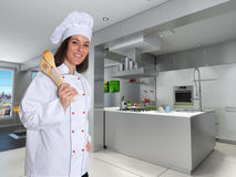 W nowożytnej kuchni młody żeński szef kuchni Zdjęcia Royalty Free