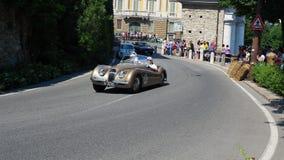 W?och bergamo Dziejowy Gran Prix Parada historyczni samochody wzdłuż trasy Weneckie ściany które otaczają starego miasto zdjęcie wideo