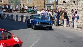 W?och bergamo Dziejowy Gran Prix Parada historyczni samochody wzdłuż trasy Weneckie ściany które otaczają starego miasto zbiory wideo