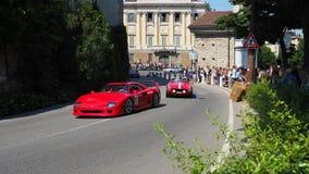 W?och bergamo Dziejowy Gran Prix Parada historyczni samochody wzdłuż trasy Weneckie ściany które otaczają starego miasto zdjęcie stock