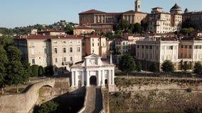 W?och bergamo Trutnia widok z lotu ptaka stara brama San Giacomo i dziejowy budynek starego miasta zbiory