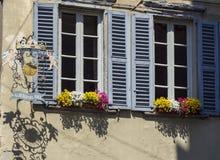 W?och bergamo Widoki ulicy stary miasteczko Stary metalu znak, okno z kwiatami i obraz royalty free