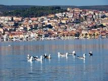 Włochy, Sardinia, Sant ` Antioco, widok laguna w tle i wioska San Antioco Zdjęcia Stock