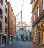 Włochy; Wenecja, 02/25/2017 Wenecja ulica z mostem i C Zdjęcia Royalty Free