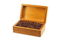 W odizolowywającym starym drewnianym pudełku kawowe fasole Fotografia Stock