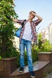 W odległość chłopiec spojrzenia Turystyki i wakacje pojęcie Zdjęcie Royalty Free