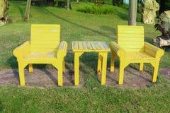 W ogródzie drewniany krzesło obrazy stock