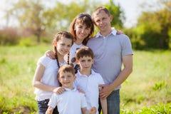 W ogródzie szczęśliwa rodzina Zdjęcia Stock