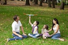 W ogródzie szczęśliwy rodzinny łgarski puszek fotografia stock
