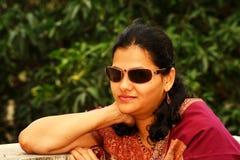 W okulary przeciwsłoneczne indiańska kobieta Obrazy Stock