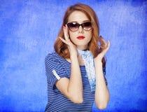 W okulary przeciwsłoneczne rudzielec amerykańska dziewczyna. Zdjęcie Royalty Free