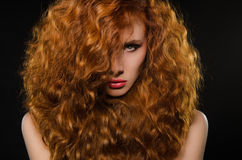 włosiana horyzontalna portreta czerwieni kobieta Obrazy Royalty Free