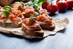Włoski bruschetta z pomidorami, mozzarella serem piec, i Zdjęcie Stock