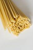 Włoski bucatini makaron na biel powierzchni Fotografia Royalty Free