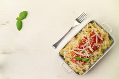 Włoski domowej roboty makaron z pomidorowego kumberlandu, basilu i parmesan che, Obrazy Royalty Free