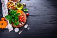 Włoski karmowy makaronu odgórnego widoku basilu pomidor Fotografia Royalty Free