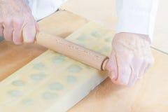 włoski makaron Przygotowanie tortelli z szpinakami i ricotta obraz royalty free