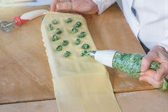 Włoski makaron, przygotowanie tortelli z szpinakami i ricotta, zdjęcie stock