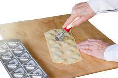 włoski makaron Przygotowanie tortelli z szpinakami i ricotta zdjęcia royalty free