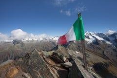Włoszczyzny flaga nad halnym szczytem w Ahrntal Zdjęcia Royalty Free