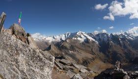 Włoszczyzny flaga nad halnym szczytem w Ahrntal Fotografia Royalty Free
