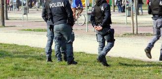 Włoszczyzny policja patroluje parka w poszukiwaniu leków handlowów Obraz Royalty Free