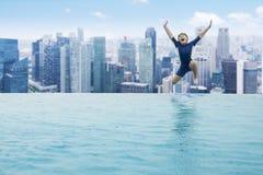 W pływackiego basen chłopiec doskakiwanie Zdjęcie Stock