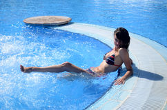 W pływackim basenie ładna młoda dziewczyna Obraz Royalty Free