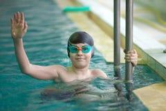 W pływackim basenie szczęśliwa chłopiec Obrazy Royalty Free