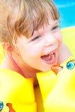 W pływackim basenie szczęśliwa mała dziewczynka Fotografia Stock
