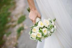 W panny młodej ręce ślubny bukiet Fotografia Stock