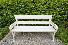 W parku biały ławka Fotografia Royalty Free