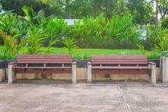 W parku drewniane ławki Obrazy Royalty Free