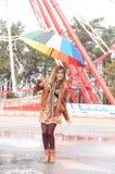 W parku dziewczyny odprowadzenie Fotografia Stock