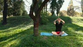 W parku mężczyzna Oddycha W drewnach Czystych I świeżym powietrzu Bezpłatny, otwarta przestrzeni, miejsce medytacja I relaksie, zbiory