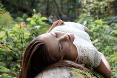 W parku piękna dziewczyna Zdjęcia Royalty Free