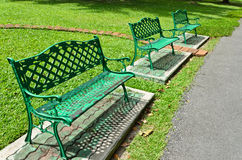 W parku zielona ławka Obraz Stock