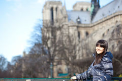 W Paryskim pobliski Notre-Dame brunetka turysta De Norma Obraz Royalty Free