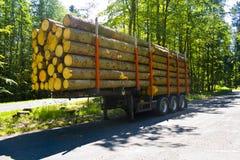 W pełni ładowna ciężarowa przyczepa z drewnianymi barłogami bez ciężarówki w parking zdjęcia stock