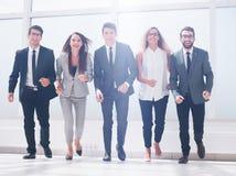 W pełnym przyroscie grupa ludzie biznesu chodzi wpólnie zdjęcia royalty free