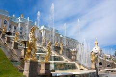 W Peterhof uroczyste Kaskadowe Fontanny Fotografia Stock