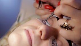 W piękno salonie makijażu artysta przygotowywa dziewczyny dla procedury rzęsy rozszerzenie Zakończenie zbiory
