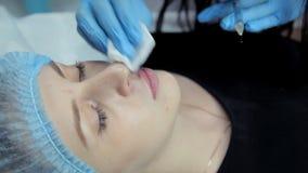 W piękno salonie cosmetologist wstrzykuje Botox w dziewczyny ` s wargi Proces wargi augmentacja zbiory