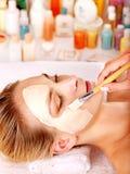 W piękno zdroju facial gliniana maska. Zdjęcie Stock