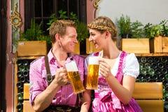 W Piwa piwie ogrodowym target349_0_ szczęśliwa Para Fotografia Royalty Free